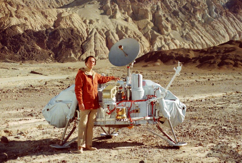 """K. Saganas prie """"Vikingo"""". NASA nuotrauka."""