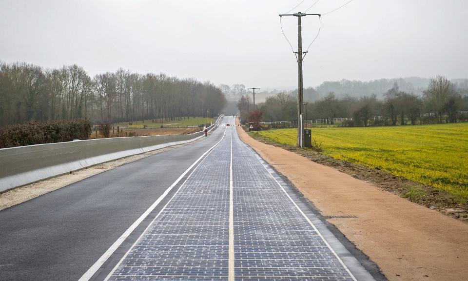 Paveikslėlis 2. Saulės elementų kelias Tourouvre-au-Perche miestelyje. (Fotografas: Christophe Petit Tesson/EPA, 2015)