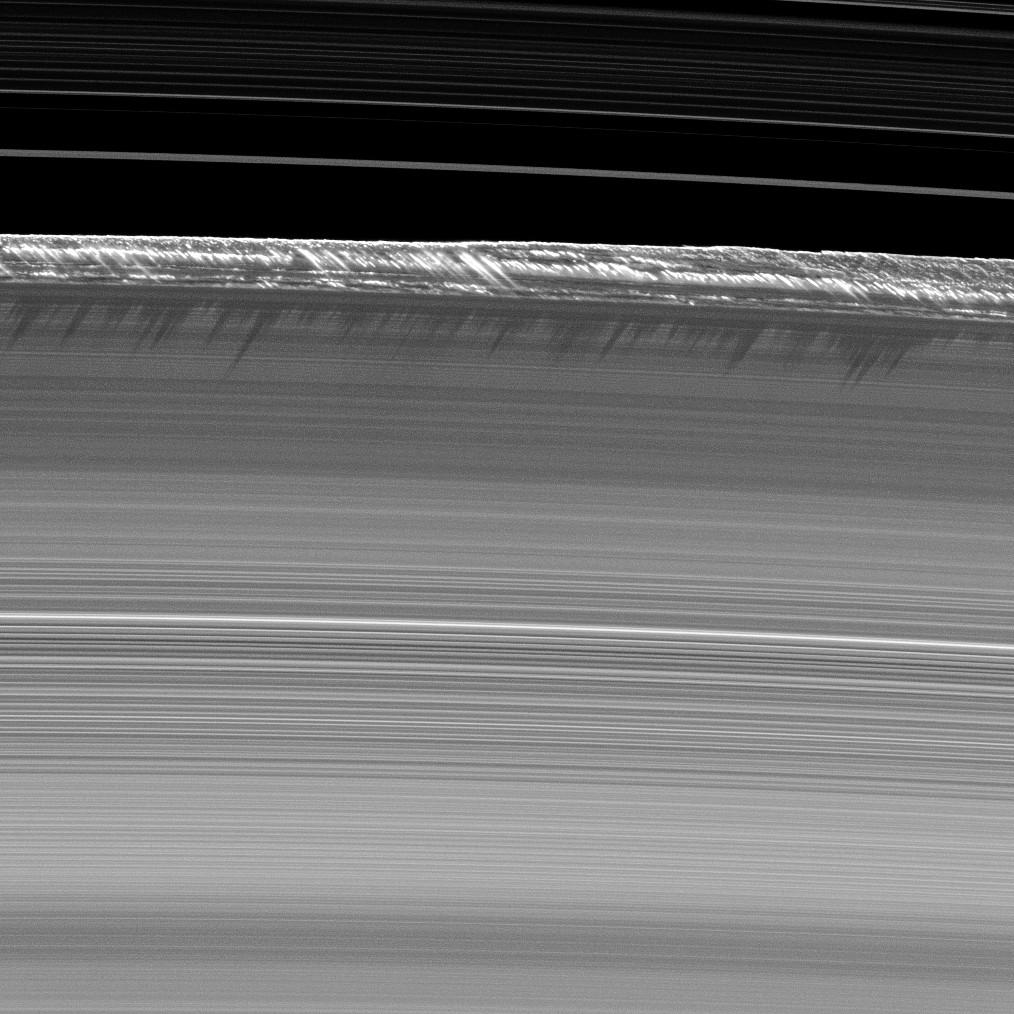 Saturno B žiedo pakraščio kalnagūbriai. ©NASA/JPL/Space Science Institute
