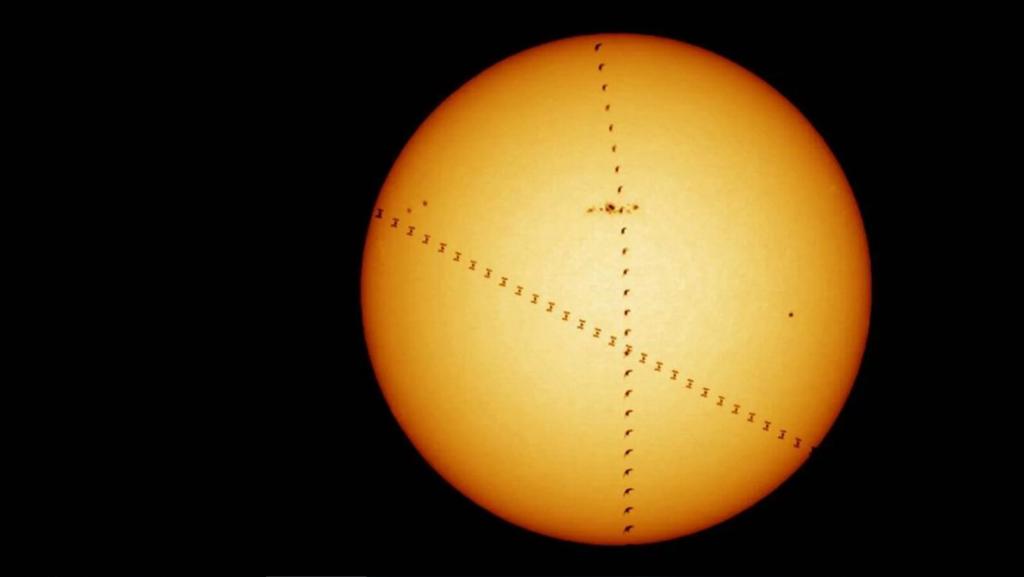 Paukštis ir Tarptautinė kosminė stotis prieš Saulę. ©Europos kosmoso agentūra