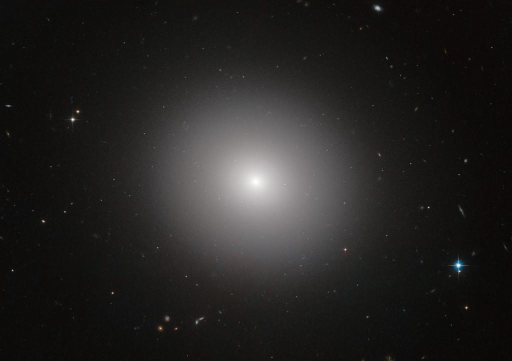 Elipsinė galaktika IC 2006. Ateityje visos galaktikos atrodys maždaug taip. Šaltinis: NASA, ESA/Hubble