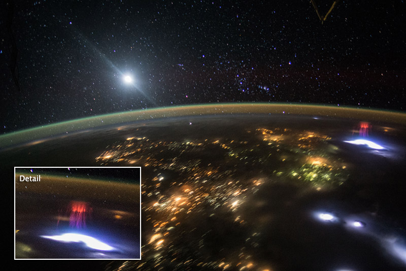 NASA iš tarptautinės kosmoso stoties nufotografuotas aukštuminis žaibas raudonasis spraitas.