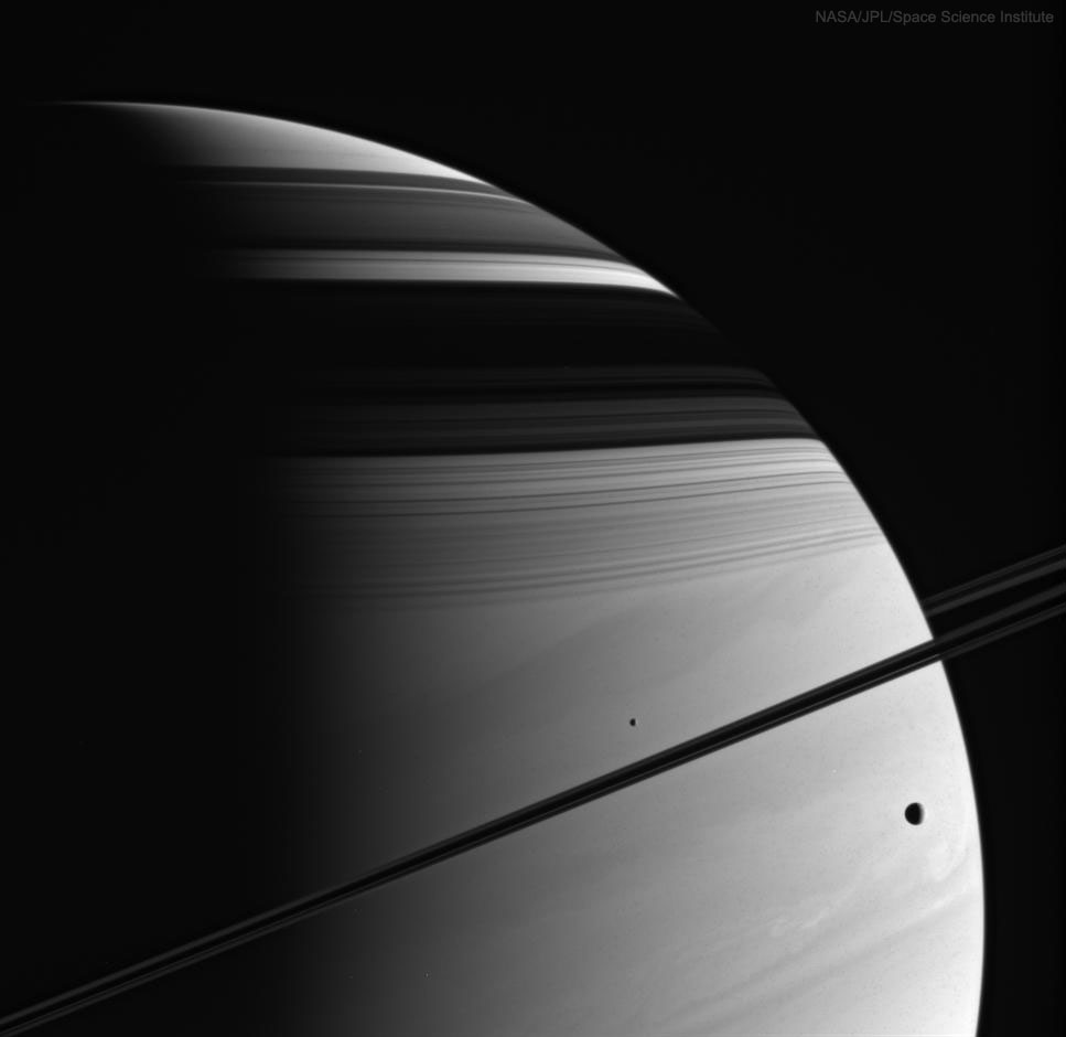 Saturno žiedų ir mėnulių šešėliai. ©NASA, JPL-Caltech, Space Science Institute