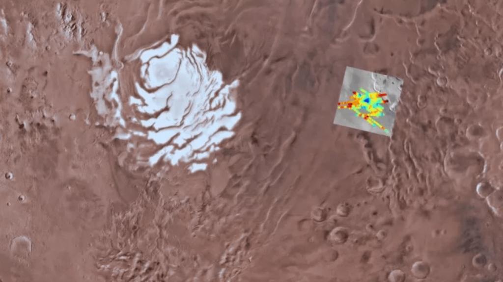 Radaru tyrinėtas regionas šalia Marso pietų ašigalio. Spalvoti brūkšniai yra radaro skanavimo linijos, mėlynai pažymėtas aptiktasis vandens telkinys. ©USGS Astrogeology Science Center, Arizona State University, INAF