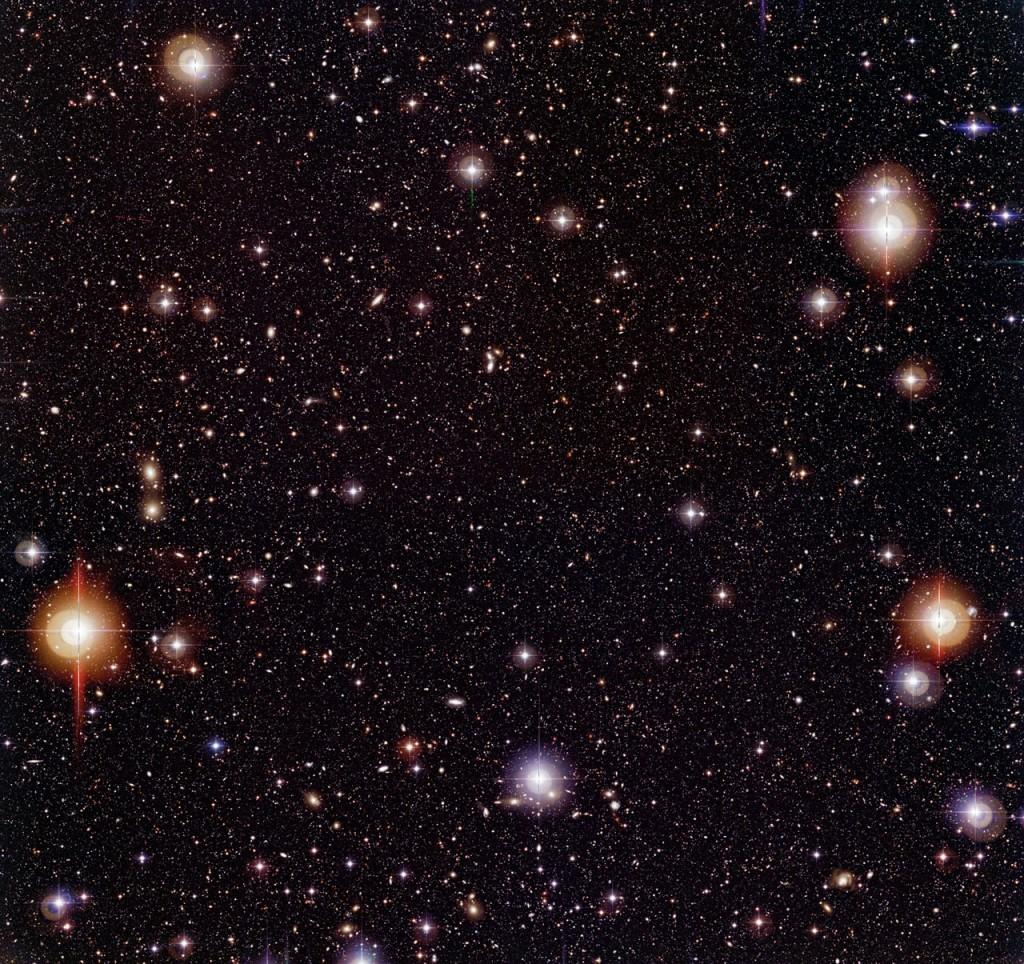 Chandra teleskopo gilaus lauko pietiniame dangaus pusrutulyje nuotrauka. Maždaug Mėnulio pilnaties dydžio dangaus lopinėlyje matome tūkstančius galaktikų. Šaltinis: ESO