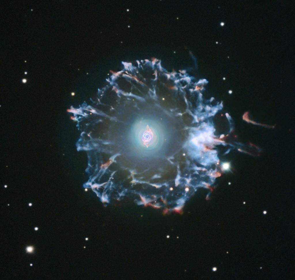 Katės akies ūkas (centre) ir jį supantis halas. Šaltinis: Michael Joner (West Mountain Observatory, BYU), Romano Corradi (IAC), Hubble Legacy Archive, Robert Gendler