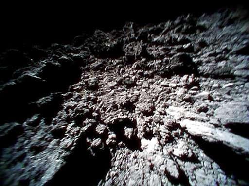 Asteroido Ryugu paviršius. Šaltinis: JAXA