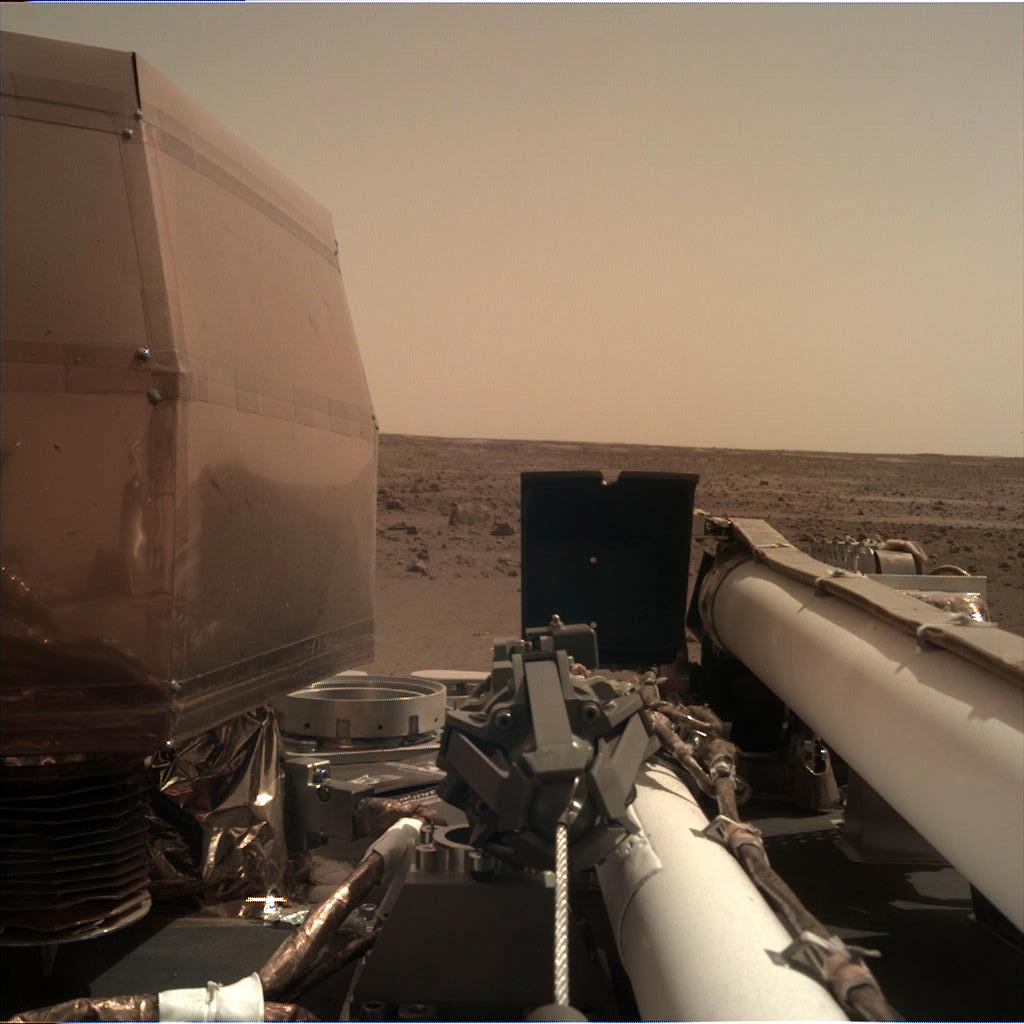 """InSight """"rankinės"""" kameros nuotrauka. Šaltinis: NASA"""