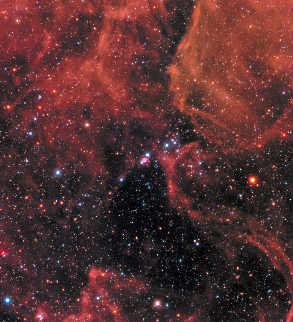 Supernovos SN 1987A liekana, matoma praėjus 30 metų po sprogimo. Liekana yra dvigubas žiedas nuotraukos centre; jos skersmuo siekia apie 1 parseką. Šaltinis: NASA/ESA