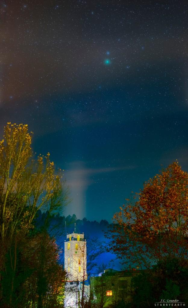 Kometa 46P Wirtanen (žalia dėmelė truputį dešiniau nuo nuotraukos vidurio) virš bažnyčios bokšto Katalonijoje. ©Juan Carlos Casado (TWAN, Earth and Stars)