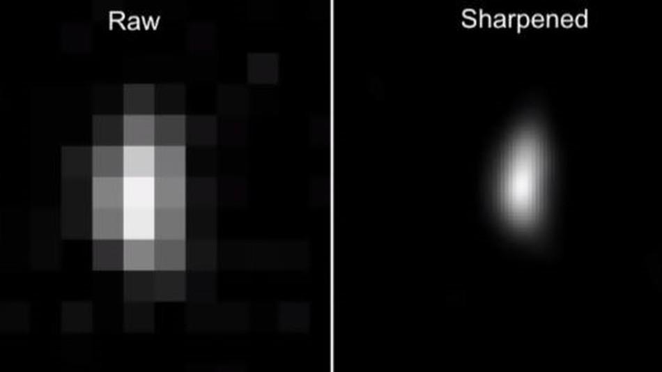 """Ultima Thule nuotrauka, daryta iš maždaug 1,2 mln. km atstumo. Kairėje """"žalias"""" vaizdas, dešinėje – paryškintas tiek, kiek leidžia duomenų apdorojimo įranga. Šaltinis: NASA/JPL"""