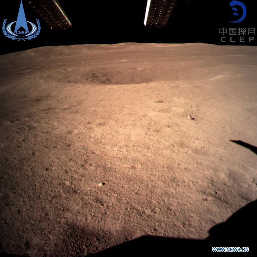 Pirmoji nuotrauka iš Kinijos zondo Chang'e 4, sėkmingai nutūpusio tolimojoje Mėnulio pusėje. Šaltinis: Xinhua, CNSA